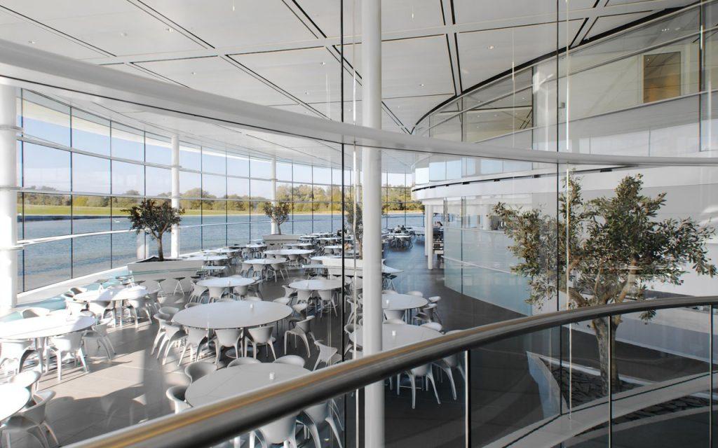 Столовая и кафе. Технологический центр и комплекс McLaren Technology Centre